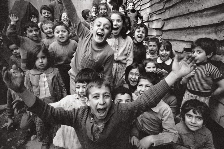 choldren_in_torhane_thrilled_by_the_sight_of_a_camera_istanbul_1986