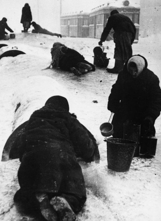В. С. Тарасевич. Жители блокадного Ленинграда берут воду из канала. 1942. РГАКФД